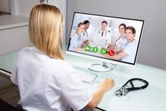 Dator f?r doktor Video Conferencing On royaltyfria bilder
