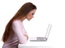 Dator för kvinnabruksbärbar dator på skrivbordet Arkivfoton