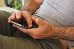 dator för program för grej för affär för data för manlig för mobiltelefon manlig för händer kommunikation för elektronisk apparat Arkivbilder