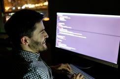 Dator för programvarubärare på den mörka inrikesdepartementet Arkivfoton
