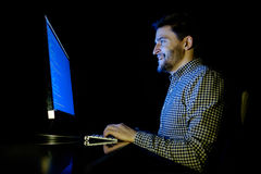 Dator för programvarubärare på den mörka inrikesdepartementet Fotografering för Bildbyråer
