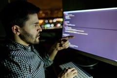 Dator för programvarubärare på den mörka inrikesdepartementet Arkivbilder