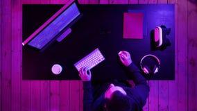 Dator för programvarubärare på den mörka inrikesdepartementet Startup och hårt funktionsdugligt begrepp lager videofilmer