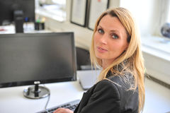 Dator för ung kvinna Arkivfoto
