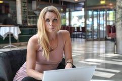 Dator för ung kvinna Royaltyfri Bild