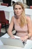 Dator för ung kvinna Royaltyfri Foto