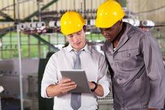 Dator för tablet för fabriksarbetare Arkivbild