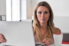 Dator för ung kvinna Royaltyfria Foton