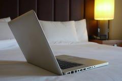 Dator i hotellrum Fotografering för Bildbyråer