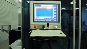 Dator i laboratorium eller manufactory Biochemical analysator och dator i laboratorium av vinbransch analysering av data arkivbild