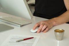 Dator i vitbakgrund Fotografering för Bildbyråer