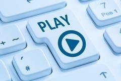 Dator K för blått för internet för film för musik för presslekknapp lyssnande royaltyfria foton