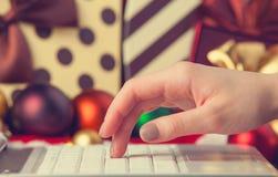 Dator kvinnlig hand arkivbild