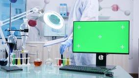 Dator med den gröna skärmmodellen i säker forskninglätthet arkivfilmer