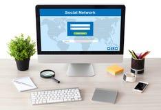 Dator med det sociala nätverket på skärmen med telefonen och klockan Royaltyfri Fotografi