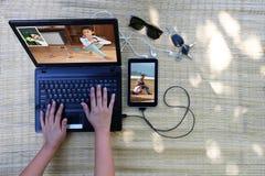Dator och anslutning med familjen på lopp fotografering för bildbyråer