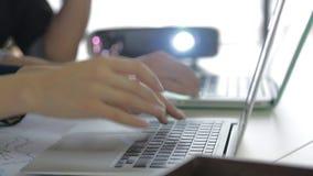 Dator och kollegor för bärbar dator som två diskuterar data arkivfilmer