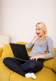 dator som ser den förvånada kvinnan Arkivbilder