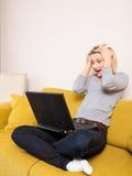 dator som ser den förvånada kvinnan Royaltyfria Foton