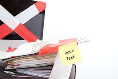 Dator som slås in i barriärbandet, utrymme för egen text Arkivbild