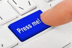 Datoranteckningsboktangentbord med press mig som är nyckel- Royaltyfria Bilder