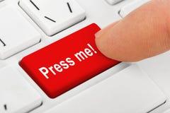 Datoranteckningsboktangentbord med press mig som är nyckel- Arkivfoto