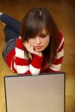 datorbärbar dator genom att använda unga kvinnor Arkivbild