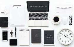 Datorbärbar dator med kontorsbrevpapper på vit fotografering för bildbyråer