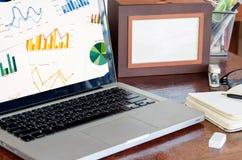 Datorbärbar dator och graf Fotografering för Bildbyråer