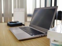 Datorbärbar dator på skrivbordet Arkivfoton