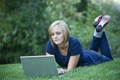 datorbärbar dator genom att använda kvinnan Arkivbild
