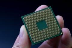 Datorchip CPU i verklig mänsklig hand med bakgrund för mörk svart royaltyfria foton