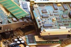 Datordelar inklusive moderkort och ATT RAMMA som en källa av återställda dyrbara råvaror Electro avskräde royaltyfri fotografi