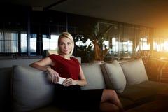 Datore di lavoro della giovane donna con lo Smart Phone mobile nelle mani che aspettano prossima intervista con i lavoratori, Fotografia Stock Libera da Diritti