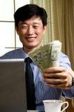 datoren gör pengar Arkivbild