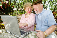 datoren här ser pensionärer Arkivfoto