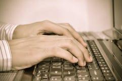 datoren hands tangentbordskrivande Royaltyfri Bild