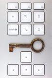 Datoren skrivar med den nyckel- antikviteten Arkivfoton