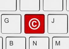 Datoren skrivar med tar copyrightt på symbol Arkivbilder
