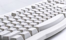 datoren skrivar på vit Royaltyfri Bild