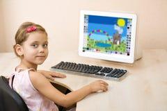 datoren tecknar flickan little arkivbild