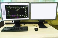 Datorer och bildskärmar med det schematiska diagrammet för övervakande, kontroll och dataförvärv arkivfoto
