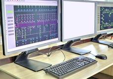 Datorer och bildskärmar med det schematiska diagrammet för övervakande, kontroll och dataförvärv fotografering för bildbyråer