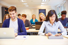 Datorgrupp i universitet Arkivbild