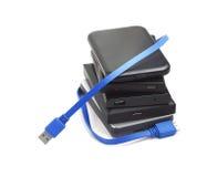 Datorhårddiskar och USB kabel Arkivbilder