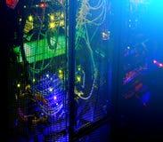Datorhall i natten Mörkt rum med ljus från telekommunikationljus royaltyfri illustrationer