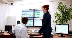 Datorhallkollegor som i regeringsställning talar lager videofilmer