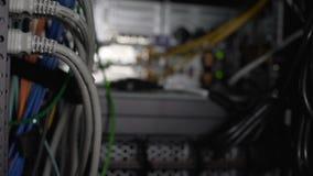 Datorkablar och kommunikationer, serverrum med nätverkandemaskinvarucloseupen stock video