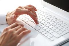 datorkvinnlighänder som skrivar white Arkivfoton