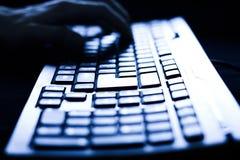 datorkvinnlign hands tangentbordskrivande Arkivfoton